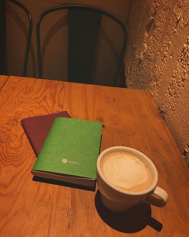 今の本屋さんてブックカバーの色とか選べるようになってるのね♡なんてたのしいの。#book
