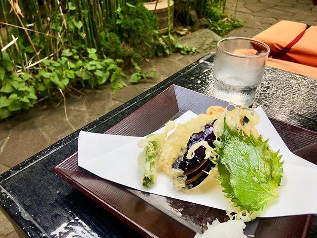 深大寺。昔からよく行く場所の一つ。暑い日に外で食べるざる蕎麦は格別。お水も美味しくて。天ぷらはお塩派。夏ですなぁ。♡#深大寺