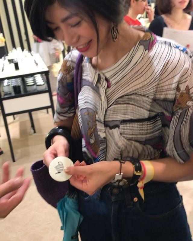 .@jomalonelondon 新作の香りを感じに新宿ISETANへ ◎自分の好きな香りを、3種類選び合わせて付けても全くいやらしくない、むしろ、、3種類合わせた方が好きな香りになっていました。すごい。。香りの融合。新たな香水の付け方を教わり、とても勉強になりました。バッヂを作れるコーナーも楽しかったよ🏻♡一つずつ集めていけたら幸せだね#ellepromotion #JoMaloneLondon #HelloJML #HelloHoney #isetan_beauty #ジョーマローンロンドン