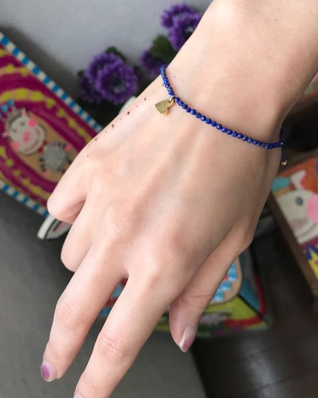 明日10/28発売 ︎エル・ジャポン12月号限定付録の天然石ブレスレット。ブルーに一目惚れ。すごくお気に入り。#iamdonation #ellejapan