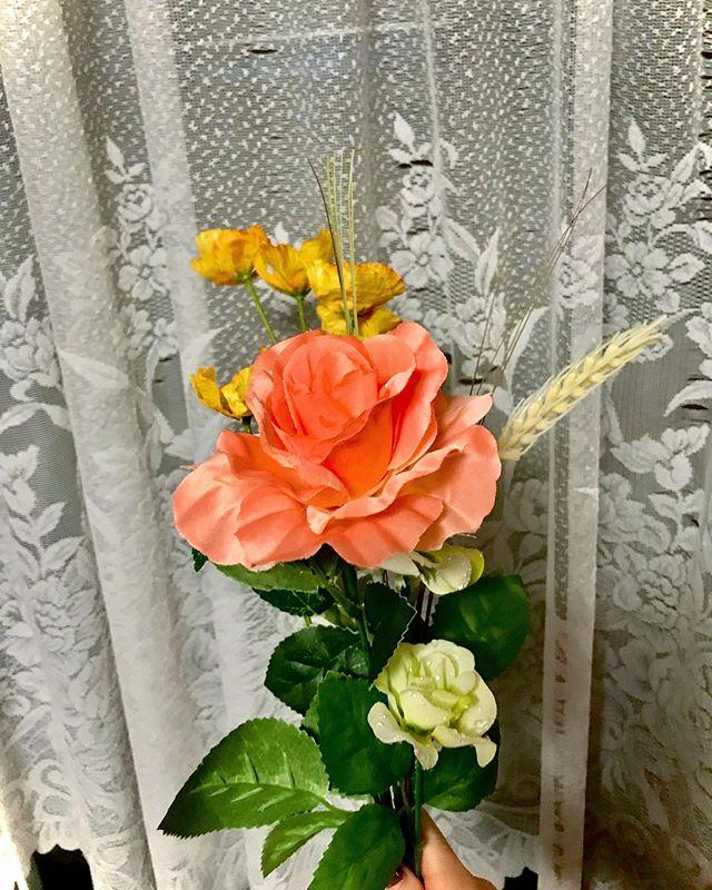 :)買い出しの帰り道、100円ショップで初めて造花を買ってみました♡今の時期、あんまり頻繁にお花屋さんにも行けないし、造花も可愛いから連れて帰りました♀️♡#flower