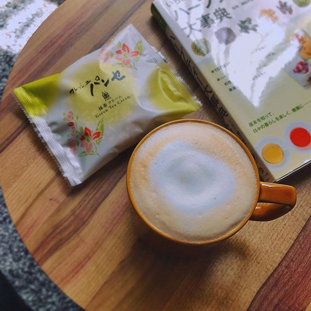 Home cafeeeee︎♡本日は @lipton_japan の紅茶でティーラテにしました♡.分量とミルクの泡立て方は、@starbucks_j  で長年お世話になった知恵を使わせていただいてます♀️。#homecafe