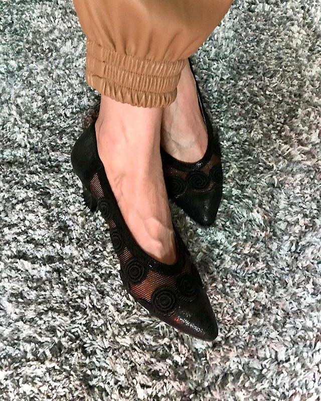 :)まだ外で履いていないパンプス🖤短大のときは毎日ヒールで学校行って、ヒールで走ってたくらいヒールに慣れていたのに、(とか言って渋谷駅の階段で思いっきり転んですれ違いの方に助けてもらった笑笑)いつのまにかスニーカーばかり履いていたここ数年。(デザインとか実用性も好きだから♡)これからはちょっと買い出しに出るにも、ヒールを履いていこうかな♡転ばないように笑笑日常が全てに影響することを実感する日々。♡#shoes 🖤