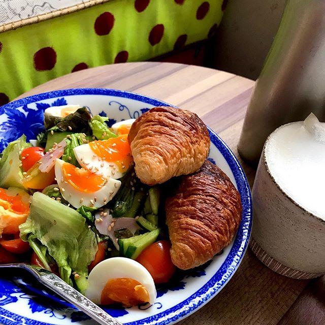 :)今朝はサラダ🥗とクロワッサン🥐カモミールティーラテ︎でした。♡サラダにパン乗っけちゃう大雑把@fujingahoshop でお取り寄せしたいもの見つけたぞ🥚♡#breakfast
