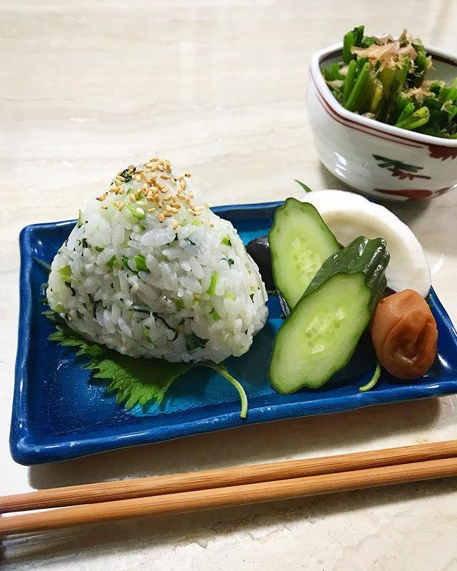 :)good morning.︎♡@aki_shibuya_ ちゃんから、#祈るおむすびバトン が廻ってきたので、わたしも混ぜご飯でおにぎりにしてみました。♡おにぎりって昔から本当に好きで、梅,たらこ,明太子,ツナ,鮭,いくら,他にもたくさんあるけどどれも本当に美味しいんだよね🧡みんなは何の具材が一番好きかな??🧐今回わたしは、小松菜🥬としらすのおにぎりを作りました♡本当はこの上にいくらを乗せたかったんだけど、またにしよう。笑笑バトンを廻すのは、、アイシングクッキーといえば!の @5aito7 そして、可愛いお弁当を私も早く食べたい @minami_asano 🧡料理上手なお2人!ぜひおにぎり作ってバトンを繋げてくれたらうれしいです。♡😙.#おにぎり