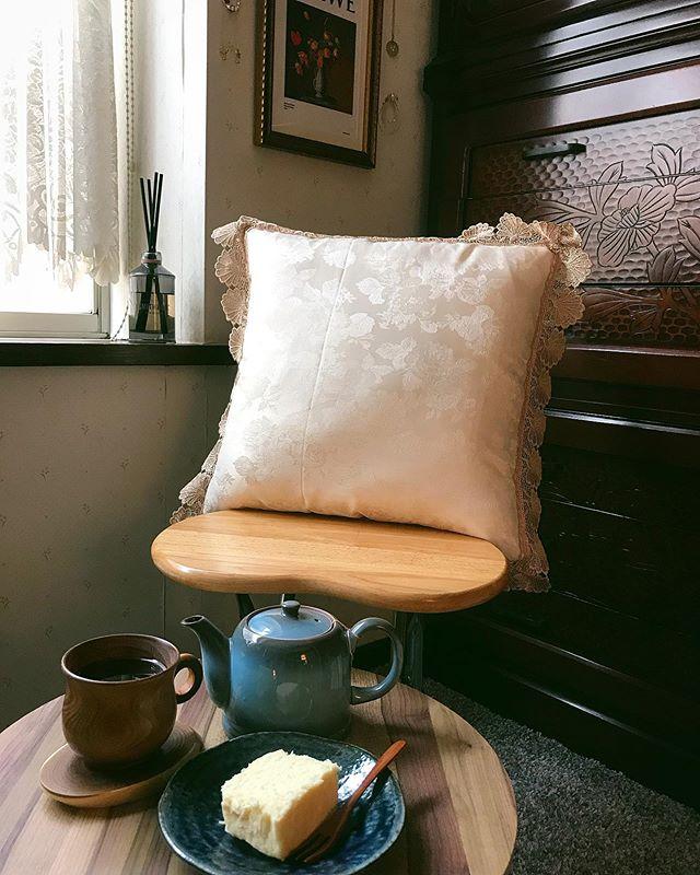 :)お茶とケーキの時間って、なんてしあわせなんでしょう。🤤白いガトーショコラと,身体にやさしいノンカフェインアップル & シナモンティー︎なんか台湾ひとり旅を思い出すなぁ。また行きたいなぁ。。#izumistravelingtotaiwan🇹🇼