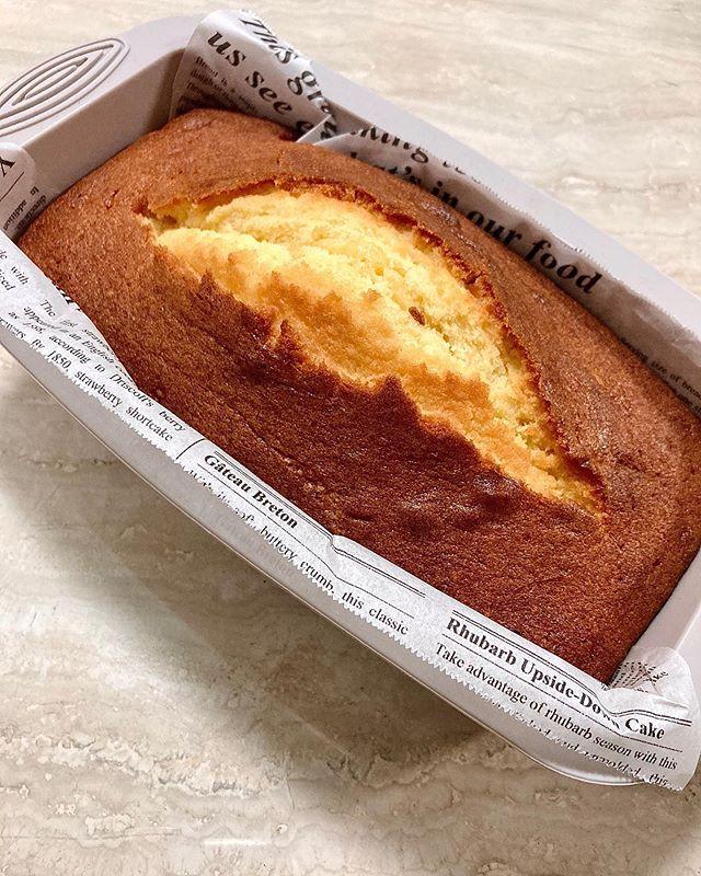 :)自粛の影響からますます自宅時間を楽しんでおりますが、本日はパウンドケーキの定番、バターケーキにしました🏻🧈🥣シンプルに美味しいんだよね♡バターの甘みとふわふわ感が最幸です♡#cooking