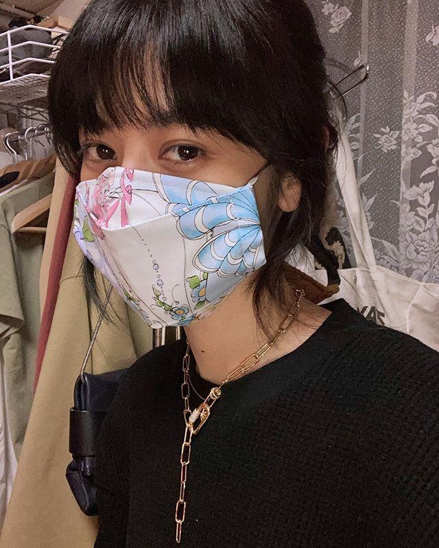 :)母もマスク作りにハマっているので、これは母の手作りマスク♡耳に掛ける部分は好みのリボンを通して自分好みにしてます♡Thank you mom.🤝#ELLEgirlmaskfashion 🤍